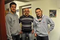 Na snímku ze srazu na zimním stadionu v Rokycanech je  zachycen Jakub Jeřábek (vpravo) s  trenérem Miroslavem  Přerostem  (uprostřed) a  brankářem  Markem Mazancem