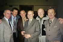 Josef Krošlák (druhý zprava) na setkání stará gardy národních házenkářů z roku 1996.