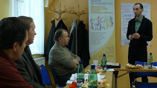 Na snímku koordinátor projektu Martin Januš (vpravo) vysvětluje své záměry zástupcům plzeňského úřadu práce (zcela nalevo)