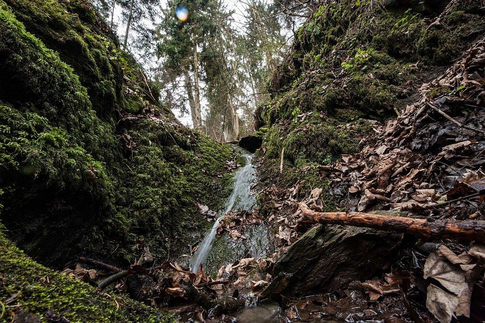 Pod skálou, je soustava tří skluzavek, která je celkově vysoká přibližně 5 metrů. Vodopády mají většinou velmi málo vody, proto je vhodné tuto oblast navštívit v období dešťů.