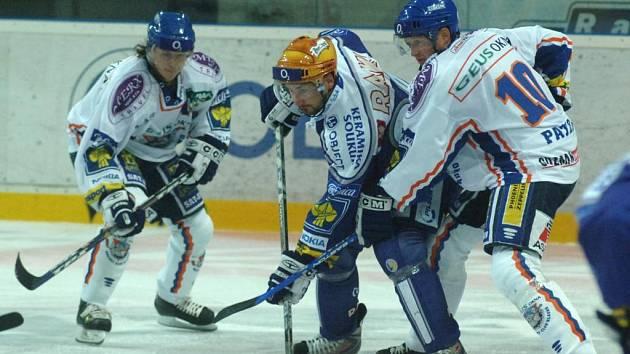 Hokejisty Lasselsbergeru  čeká zápas na ledě čtrnáctého  Kladna. Na snímku z prvního  vzájemného  měření sil  v Plzni se kapitán  Tomáš Divíšek  (upostřed) probíjí mezi útočnými hvězdami soupeře  Martinem  Procházkou (vlevo) a Pavlem Paterou