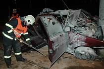Takto dopadlo auto, které havarovalo v sobotu krátce po osmé hodině večer  před Rondelem na Karlovarské třídě v Plzni. Třicetiletý řidič leží v těžkém stavu ve FN.