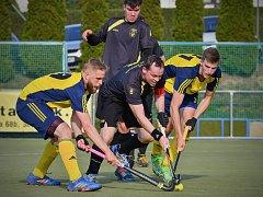 Útočníci Litic Reinhard Nicklas a Adam Uhlíř (v modrožlutých dresech zleva) zajistili svými góly výhru A týmu Litic  2:0 v derby s městským rivalem z Bolevce.