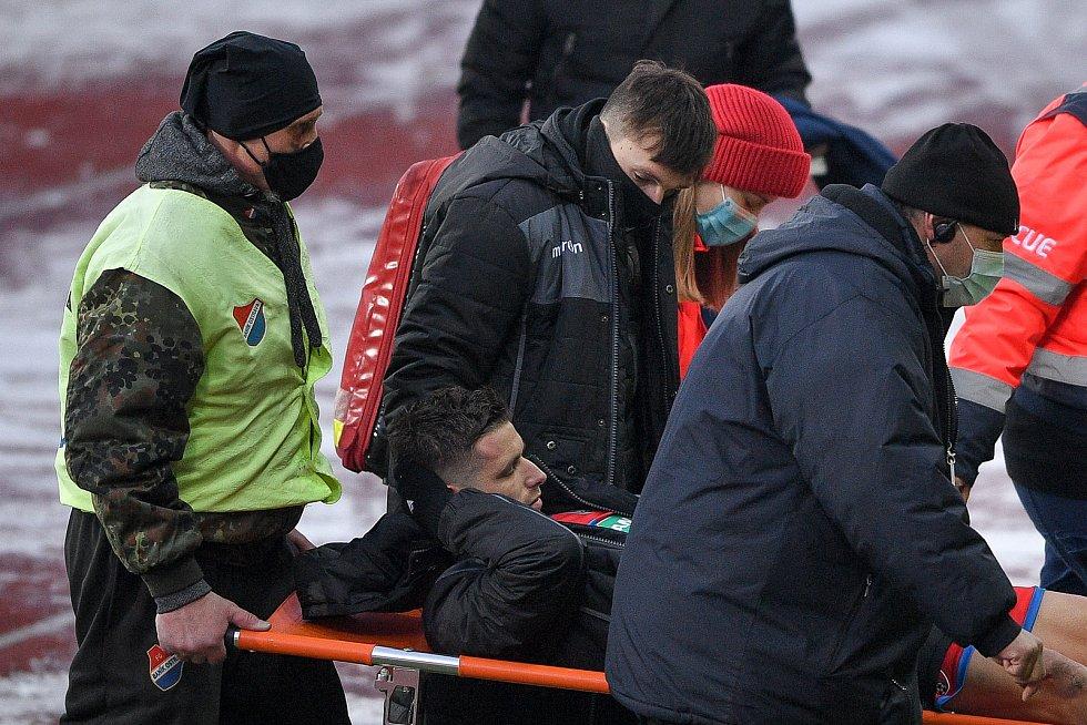 Utkání 17. kola první fotbalové ligy: FC Baník Ostrava – FC Victoria Plzeň, 31. ledna 2021 v Ostravě. Zraněný hráč Jan Kovařík z Plzně.