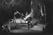 V divadelní inscenaci Růže a kříž v roce 1972 Otakar Andrée (s mečem vpravo) v souboji s Karlem Hnízdilem.