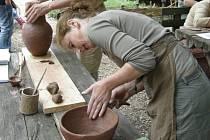 První den pravěkých technologií je zaměřen na keramiku. Koná se v sobotu v pravěké osadě v zoologické zahradě