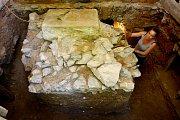 Archeologický průzkum v podzemí barokní sýpky v Plasích.