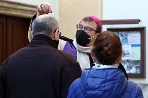 Plzeňský biskup Tomáš Holub uděloval popelec před kostelem Nanebevzetí P. Marie ve Františkánské ulici v Plzni. Popeleční středa je prvním dnem čtyřiceti denního půstu, po kterém následují Velikonoce.