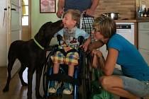 Pětiletý Tomášek a jeho budoucí čtyřnohý pomocník, černý labrador Oskar