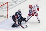 Semifinále play off hokejové extraligy - 5. zápas: HC Oceláři Třinec - HC Škoda Plzeň, 11. dubna 2019 v Třinci. Na snímku (zleva) brankář Plzně Dominik Frodl, Jiří Polanský.