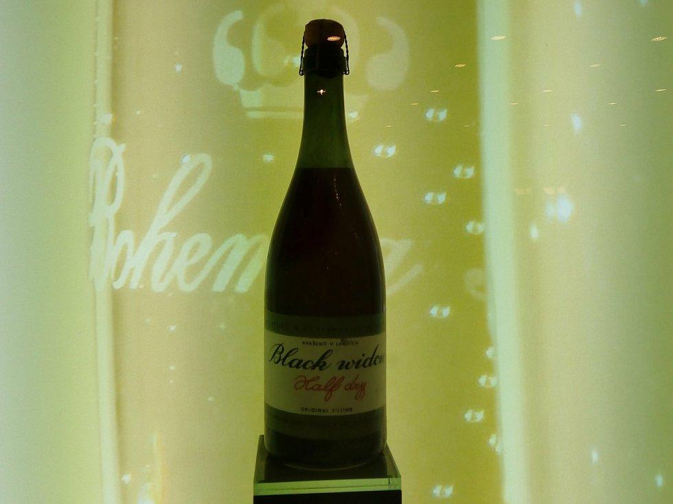 Black Widow, tedy Černá vdova, podle názvu amerických bombardérů, se jmenuje první šumivé víno, které se vyrobilo ve Starém Plzenci.