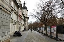 Nahlédnutí do specifického světa neslyšících nabízí výstava, která bude instalována na panelech u Studijní a vědecké knihovny v Plzni do 25. února. Připravila ji plzeňská pobočka organizace Tichý svět.