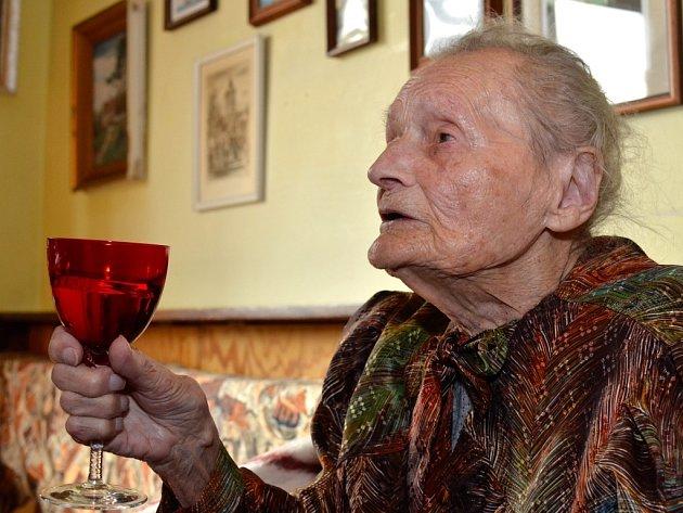 Skleničkou bílého vína si včera připila na své 108. narozeniny s rodinou paní Marie Behenská z Plzně Slovan. Podle údajů České správy sociálního zabezpečení  je třetí nejstarší Češkou.