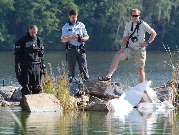 V jezírku ve Škodalandu se utopil jednatřicetiletý muž