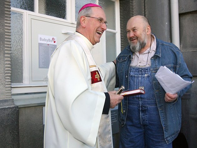 Slavnostní otevření babyboxu v Plzni 9. března 2011 se účastnil i biskup František Radkovský a zakladatel babyboxů Ludvík Hess