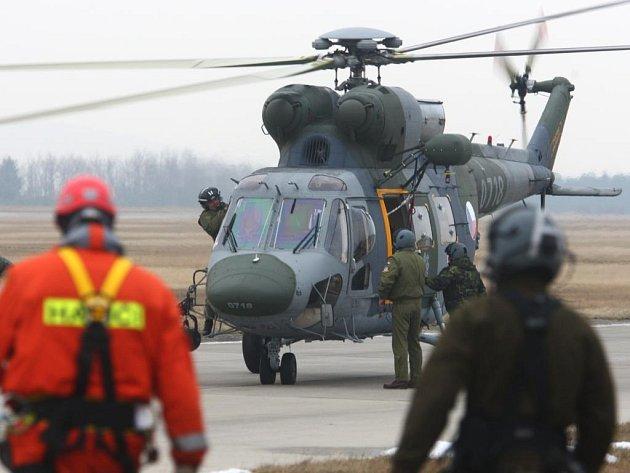 Cvičení leteckých záchranářů a hasičů na letišti v Líních