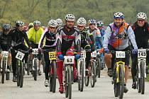 Cyklisté v čele s Ondřejem Lukešem (číslo 63), Pavlem  Elsnicem (105) a Zdeňkem Jandou (143) vyrážejí na trať osmého ročníku Radčické rundy