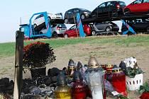 Tragickou nehodu u Blatnice připomínají svíčky na poli, které na místo, kam auto vyletělo ze silnice, chodí zapalovat Kodyho známí