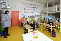 Po nucených koronavirových prázdninách se dnes školáci vrátili do tříd prvního stupně ZŠ. Za zvýšených hygienických podmínek přicházeli žáci prvního až pátého ročníku i do Tyršovy základní školy v Plzni Černicích.