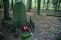 Pomník Josefa Šlajse v lese pod Nevěrnou u Horšic.