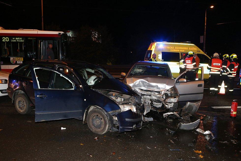 Z místa nehody na Karlovarské třídě v Plzni.