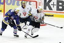 Plzeňští hokejisté (v bílém) zdolali v utkání prvního kola letního Tipsport Cupu na domácím ledě Chomutov 4:1.