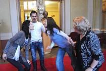 Mladí členové plzeňské opery (zleva) Petra Tionová, Miroslav Bartoš a Ivana Klimentová při zkoušce Mozartovy opery Bastien a Bastienka, ve které ztvární role Bastienky, Colase a Bastiena