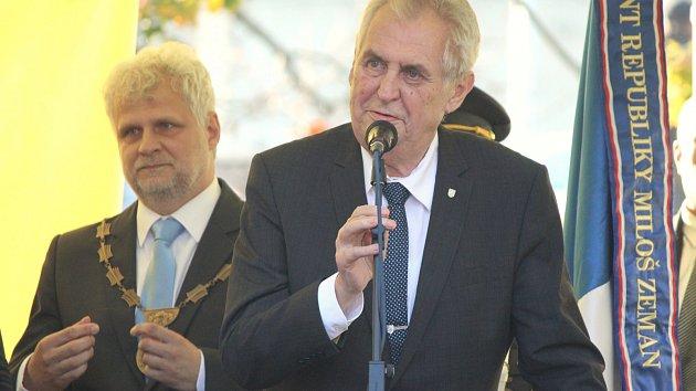 Miloš Zeman navštívil Stod. Vlevo za ním je starosta Jiří Vlk.