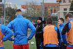 Trenér Pavel Horváth promlouvá ke svým svěřencům, fotbalistům Viktorie Plzeň B, na startu zimní přípravy.