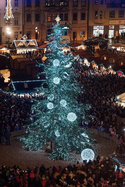 Slavnostní rozsvícení vánočního stromu sledovalo zcela zaplněné náměstí Republiky