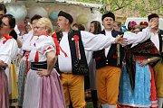 Během prodlouženého víkendu se v Chotěšově konaly oblíbené staročeské máje, které vyvrcholily nedělním průvodem, který došel do zahrady zdejšího kláštera.