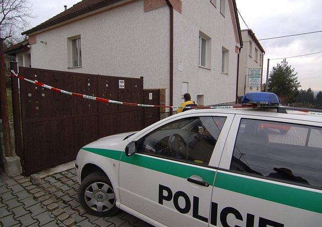 V tomto domě v Plzni-Černicích nalezli v úterý hasiči mrtvého muže a jeho družku.