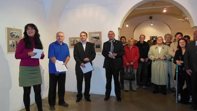 Plzeňská výstava Jaromíra Vraštila se setkala s velkým zájmem veřejnosti a záštitu nad ní převzal primátor Plzně Martin Baxa (čtvrtý zleva)