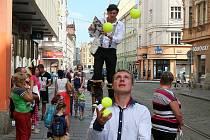 V pondělí se v rámci festivalu Živá ulice představil žonglérv Plzni, kde si mohli žonglérské triky vyzkoušet kromě dětí také dospělí.