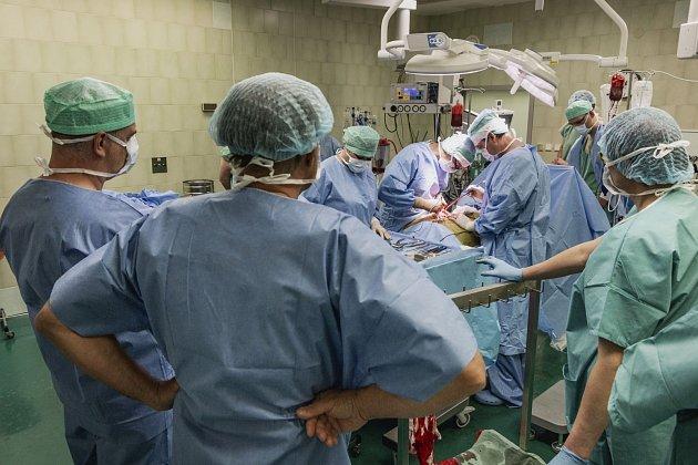 Operace vMotole trvala 16hodin. Zapojilo se do ní 22odborníků zrůzných oborů.