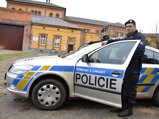 Policisté před věznicí na Borech