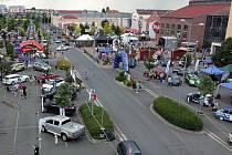 Parkoviště před OC Olympia zaplní o víkendu plzeňský Autosalon, k vidění tu bude rekordní počet vozů