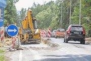 Kvůli opravě 150 metrů dlouhého úseku silnice je provoz sveden do jednoho jízdního pruhu a dopravu řídí semafory.