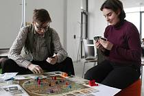 Studenti  si mohou v novém Centru logických her zahrát také deskovou hru Zeměplocha, která je volně inspirovaná knižní sérií od Terryho  Pratchetta.