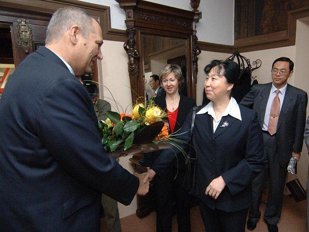 Primátor Plzně Pavel Rödl vítá velvyslankyni Čínské lidové republik J. E. Huo Yuzhen na radnici. Delegace přijela na pozvání Okresní hosodářské komory Plzeňsko