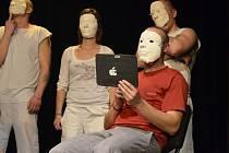 Masky, tablety a sociální sítě. Ústřední téma divadelního představení klientů terapeutického centra pro drogově závislé v Mukařově. Po skončení následovala debata se studenty středních škol o návykových látkách, kdy vše vysvětlovali  lidé z komunity.