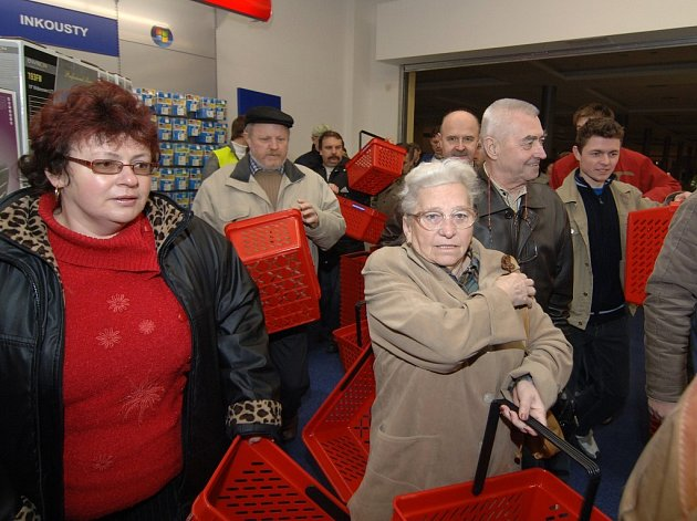 Natěšení zákazníci vcházejí do nově otevřené prodejny Electro World v obchodním centru Olympia v Plzni