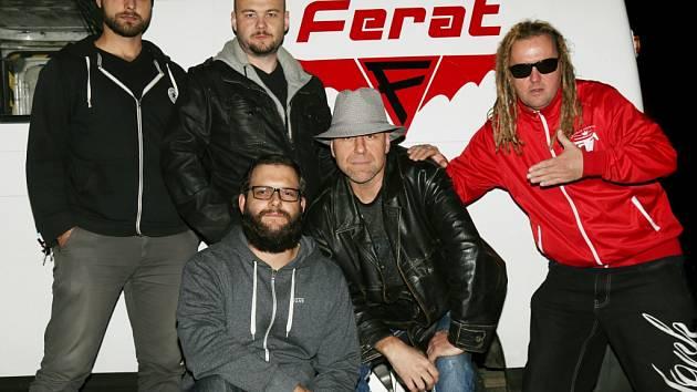 Ferat v roce 2016. Zleva Joey Justich (kytara), Alan Reisich (bicí), Karel Stehlík (kytara), Stanislav Štrunc (baskytara) a Ota Husák (zpěv, kytara), který jako jediný z aktuální sestavy byl u vzniku Feratu