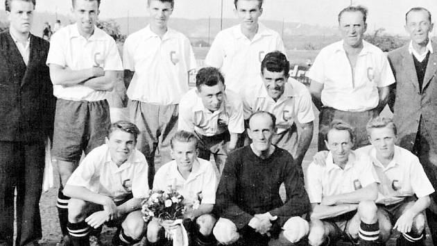 Mužstvo sloupů, které se v roce 1948 utkalo s týmem sportovních novinářů.