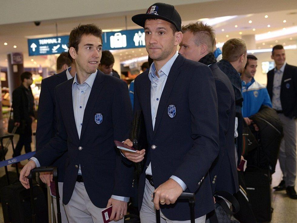 Viktorii čekala na doněckém letišti pasová kontrola a také  chladné počasí. Na snímku Marek Bakoš (vpravo) a Tomáš Hořava