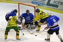První duel semifinále krajské hokejové ligy mužů se hrál v neděli ve Sport Areně v Třemošné