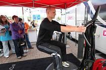 Zájemci mohli využít nejen rady odboríků, ale i na vlastní kůži vyzkoušet přístroj Power plate, který slibuje za deset minut stejné výsledky jako půl hodina cvičení na stroji jiném