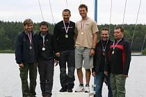 V přeboru Plzeňského kraje jachtařů zvítězili ve třídě Fireball David Křížek s Martinem Mudrou z pořádající Lokomotivy. Na snímku jsou při vyhlášení výsledků spolus druhou posádkou Jiří Čechura, Jan Will (vlevo), třetí skončili Milan Šnajdr a Zbyněk Mudra