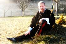 Josef Šteflík na cvičišti své venkovské zahrady. Sepjetí s přírodou a cvičení v ní, je typické pro praxi tai – či čchüan