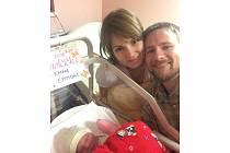 Mathew a Kateřina Emmons s novorozenou dcerou Emmou